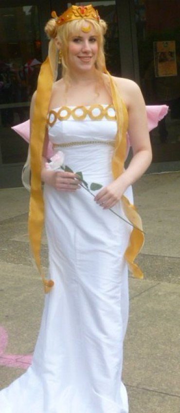 Elsa Littlepage as Neo Queen Serenity at 2013 Con
